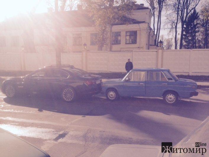 У Житомирі на Фещенка-Чопівського скромний жигуль невдало наздогнав БМВ
