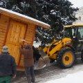 Різдвяний ярмарок у Житомирі завершився: з майдану Корольова вивозять будиночки