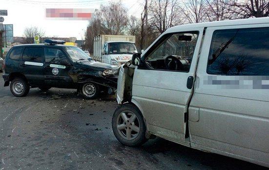 У Бердичеві Volkswagen врізався в поліцейській автомобіль, постраждали двоє правоохоронців