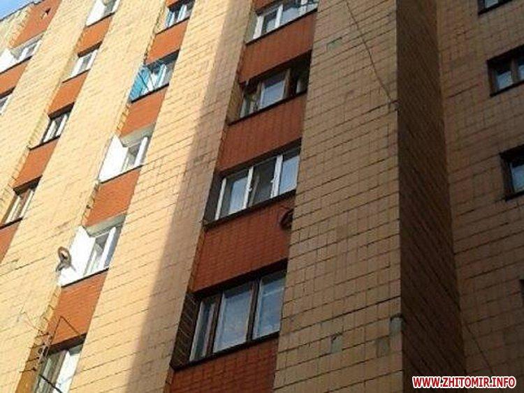 У Житомирі розбилася мешканка гуртожитку, яка випала з вікна 6 поверху