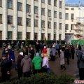 Біля Житомирської ОДА збирається мітинг, людям роздають листівки «Розженемо шоблу!»