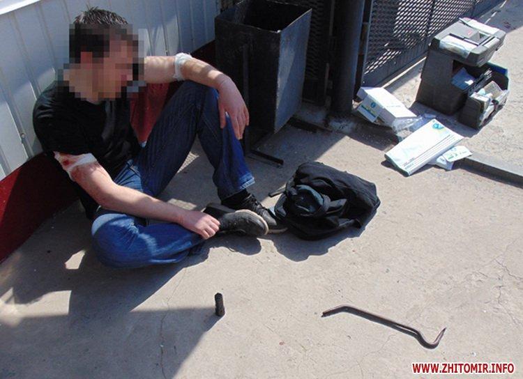 У Коростишеві під час затримання грабіжник поранив поліцейського