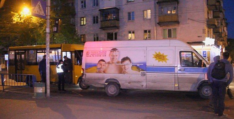 У Житомирі на перехресті вулиць Київської та Івана Мазепи маршрутка зіштовхнулася з мікроавтобусом