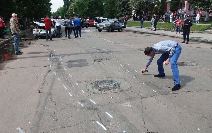 В Житомире возле детской поликлиники столкнулись три автомобиля, одного водителя увезла «скорая»