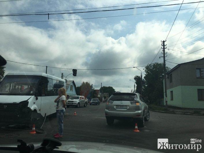 У Житомирі дорогу не поділили маршрутка та джип