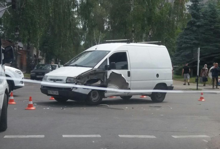 У Житомирі на перехресті вулиць Покровської та Л. Українки Fiat врізався в Hyundai, два пішоходи у лікарні