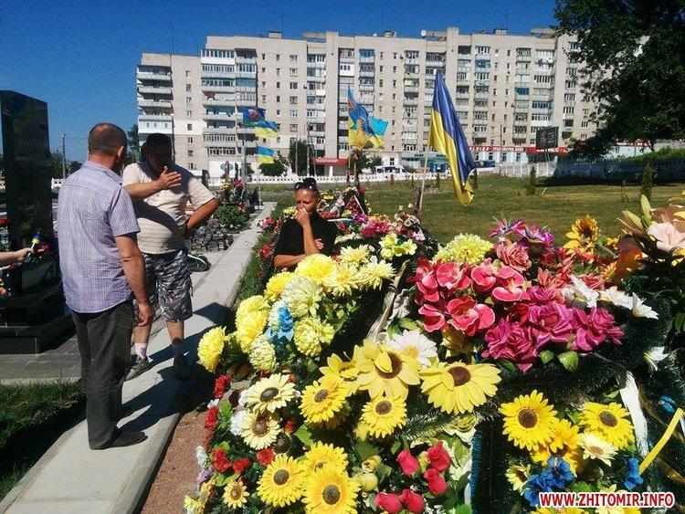 На військовому кладовищі у Житомирі представник перевізника вибачався перед мамою загиблого бійця