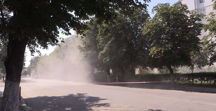 На вулиці Князів Острозьких у Житомирі почали зносити аварійний будинок