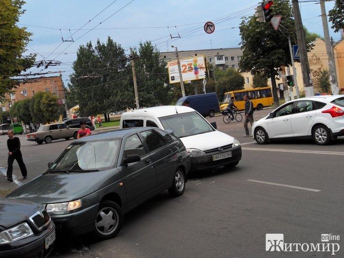 Вечірня ДТП у Житомирі: на вул.Покровській зіштовхнулися три автівки.ФОТО