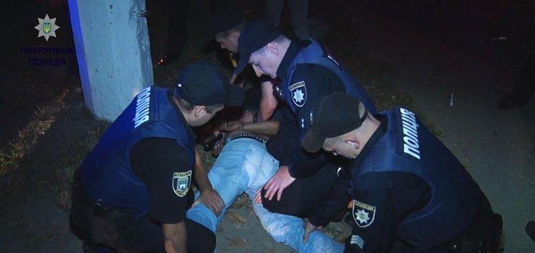 У Житомирі невідомі напали на таксиста та поранили ножем у шию, патрульні затримали підозрюваних