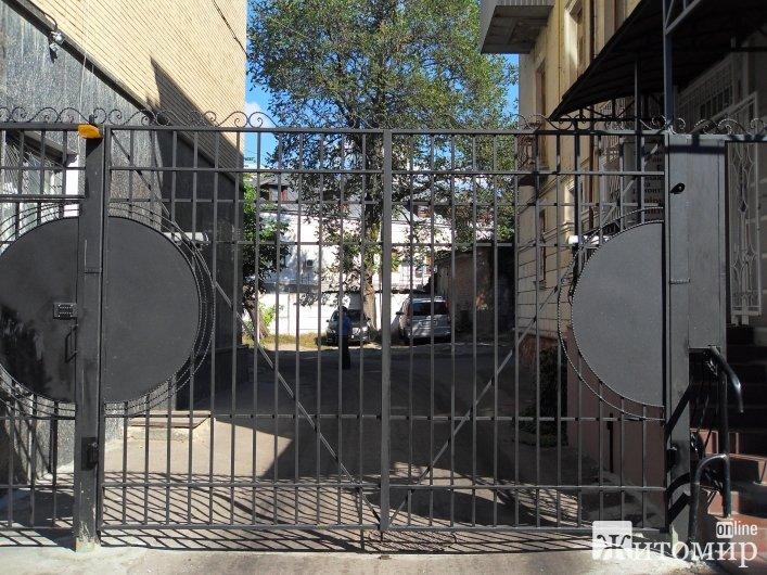 У Житомирі ОСББ встановило 3 пари воріт, через які не пропускає «швидку»
