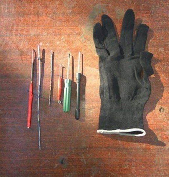 Житомирські копи затримали на Польовій юнака з відмичками та змінним одягом у пакеті