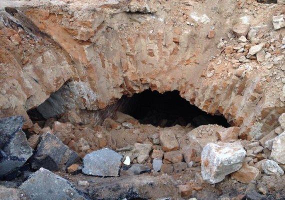 У Житомирі екскаватор провалився в старовинний підземний туннель.ФОТО