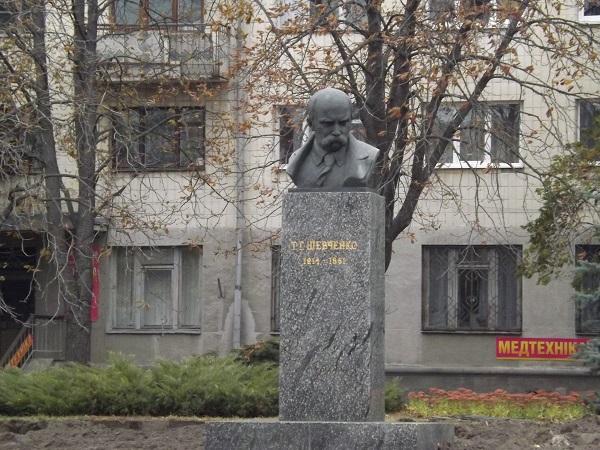 Реконструкцію скверу біля пам'ятника Шевченку в Житомирі завершать до кінця року. ФОТО