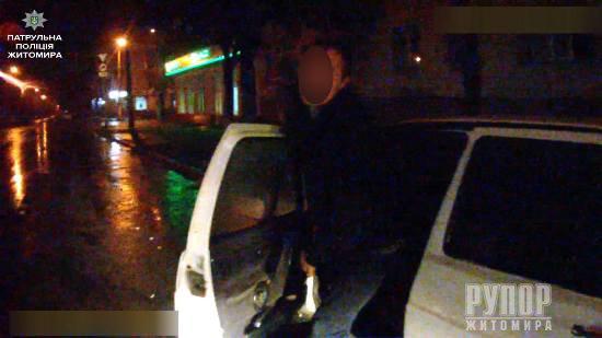 В центрі Житомира виявили два підозрілих автомобіля