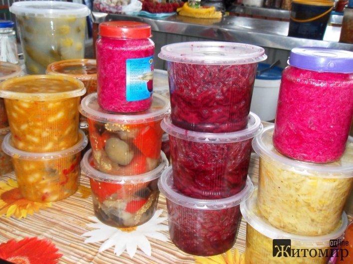 У Житомирі на Житньому ринку шикуються черги за квашеними овочами