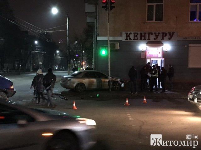ДТП в центрі Житомира: авто ледь не опинилося в магазині! ФОТО