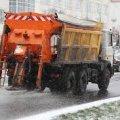 Керівник управління автошляхів пояснив, чому дороги у Житомирі посипають відсівом, а не піском