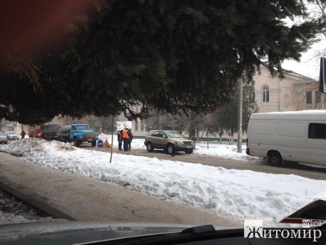 У Житомирі вода заливає вул.Лятошинського, бо комунальникам заважає припаркований «Лексус».ФОТО