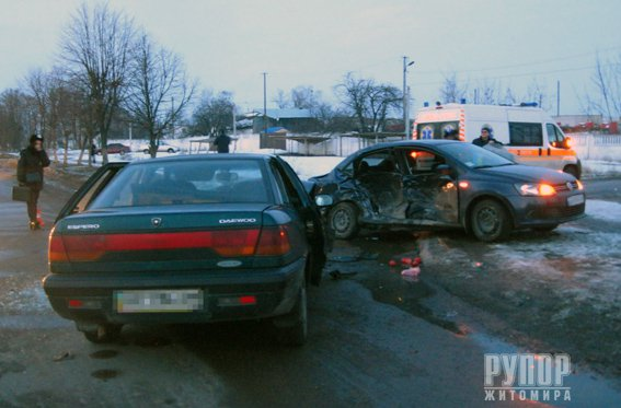 Кривава ДТП на Житомирщині: Поліція розслідує аварію, в якій загинули двоє та травмовано троє людей. ФОТО