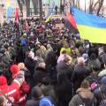 В Киеве начались стчыки в правительственном квартале. Радикалы бросают петарды. ВИДЕО