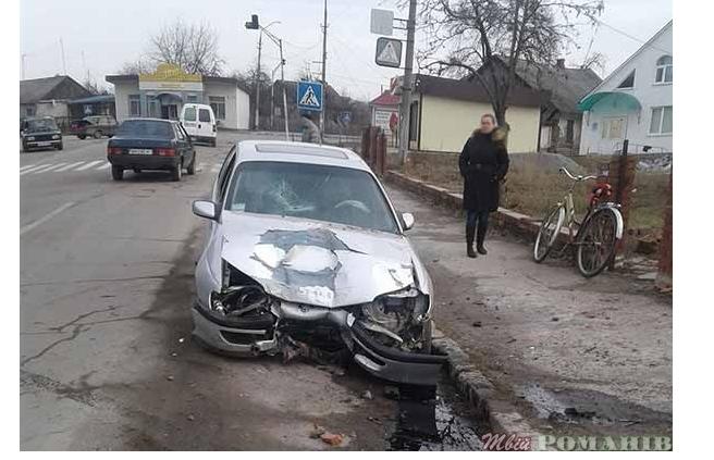 У центрі Романова автомобіль влетів у паркан