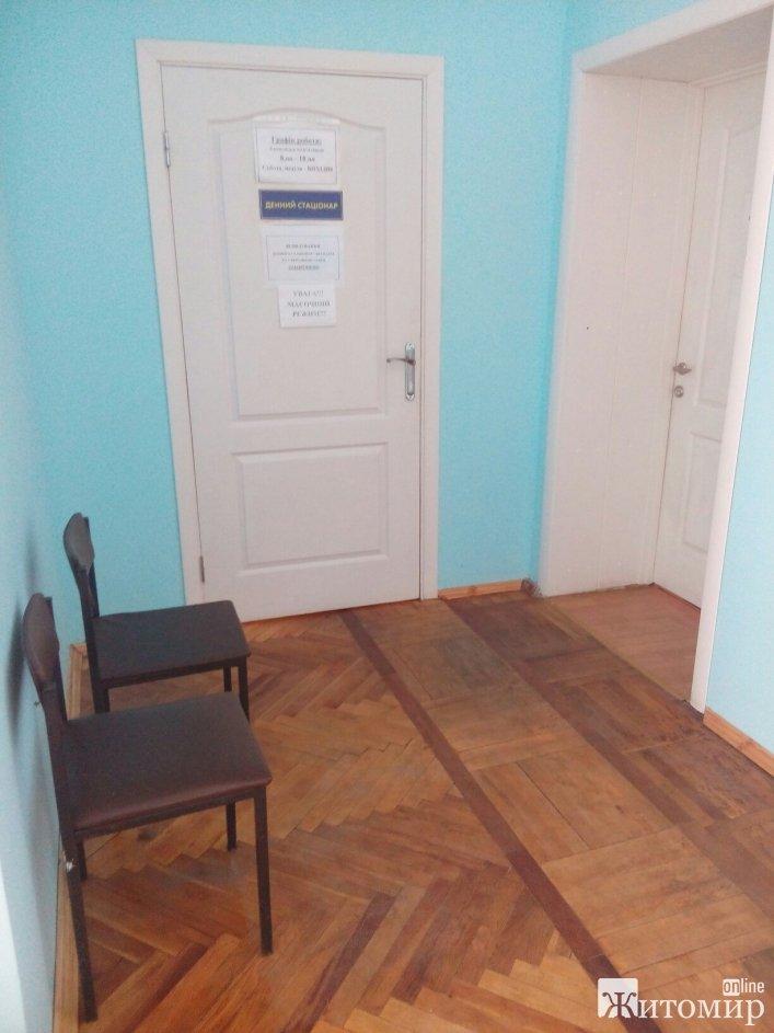 У Житомирській поліклініці №2 завідувачка відділення влаштувала пацієнтам скандал через диван