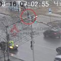 В России человек провалился под землю прямо на остановке. ВИДЕО