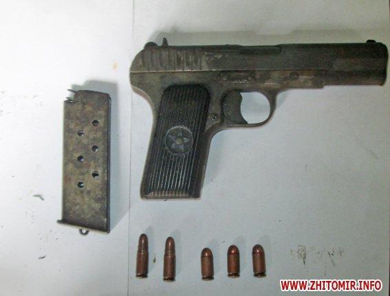 У будинку жителя Житомирського району поліцейські знайшли набої та ракетно-сигнальний пістолет