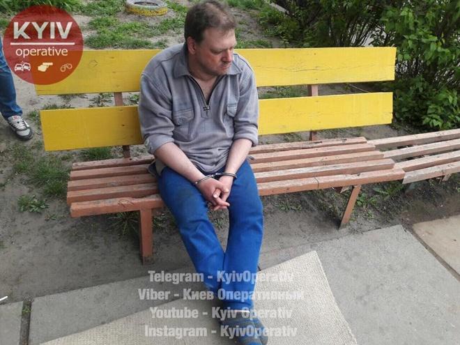 В Киеве убийца тащил по улице окровавленное тело женщины на матрасе [фото]