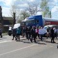 Як під Житомиром батьки учнів перекривали рух транспорту через рішення депутатів закрити Корчацьку школу.ФОТО