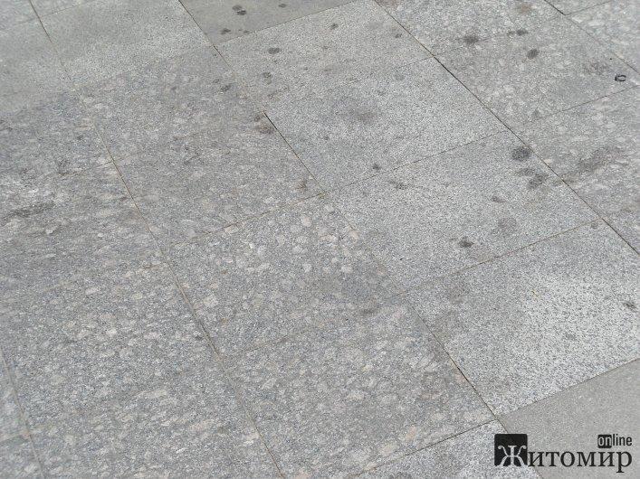 Нова плитка на Михайлівській вже вкрита жирними плямами.ФОТО