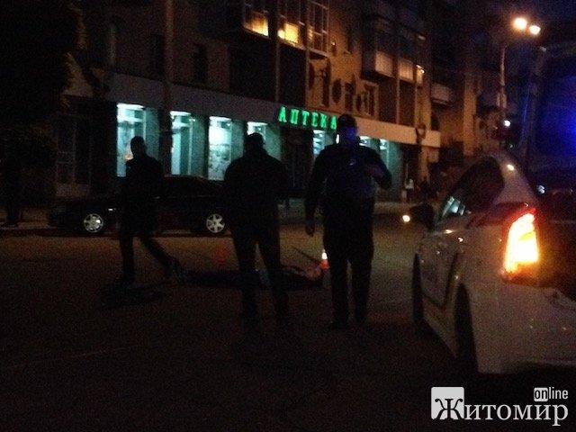 У Житомирі поліцаї скрутили невідомого, одягли на нього наручники та поклали обличчям на асфальт на Соборному майдані. ФОТО