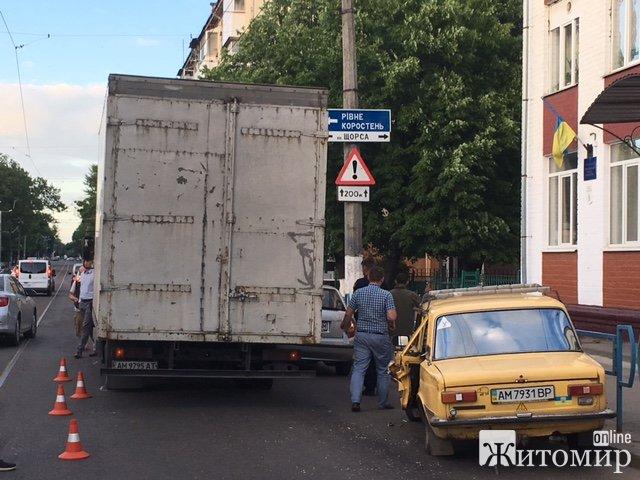 У Житомирі на вулиці Грушевського знову аварія! ФОТО