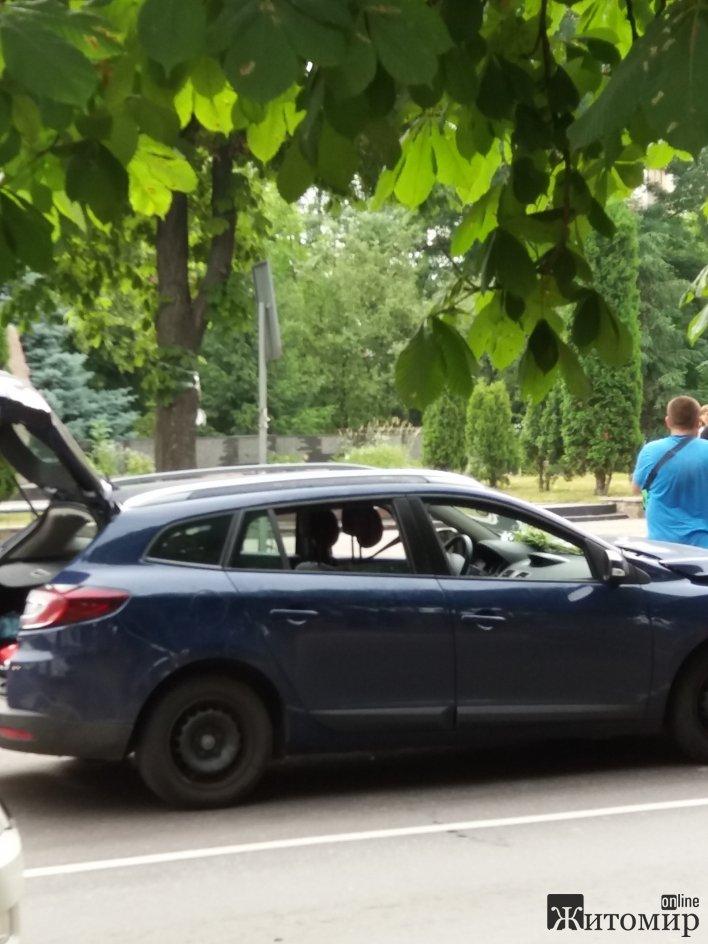 На Покровській у Житомирі легковий автомобіль в'їхав у маршрутку
