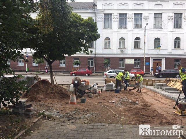 На Великій Бердичівській взялися за укладання тротуарної плитки.ФОТО
