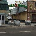 У Житомирі ремонтники заблокували тротуарною плиткою виїзд для автомобілів