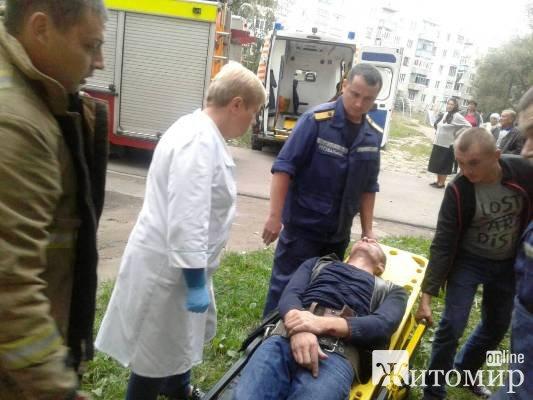 Житель Коростеня выпал из окна лестничной площадки, откуда практически невозможно выпасть. Помогли?
