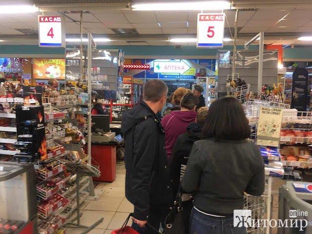 У Житомирі матюкають гройсманівську мінімалку у довгих чергах супермаркетів. ФОТО
