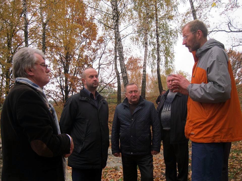 Виктор Ющенко посетил Житомирскую область, чтобы познакомиться с древней формой пчеловодства. ФОТО
