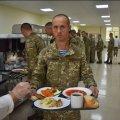Салати зі свіжих овочів, фрукти, асортимент страв і десерти: навчальний центр ВДВ у Житомирі перейшов на нову систему харчування
