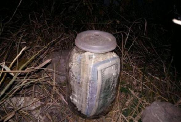 На Тернопільщині чоловік викопав банку, у якій знаходилось 20 тисяч доларів