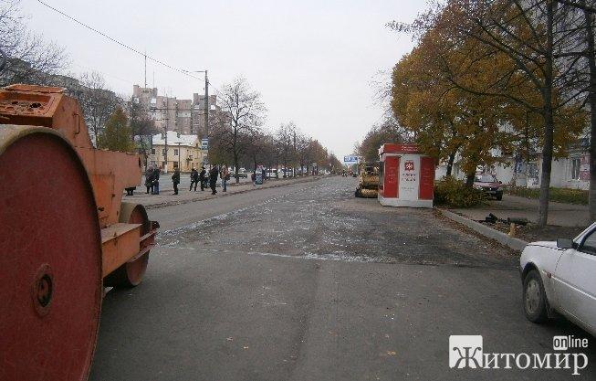 На одній із вулиць Житомира укладанню асфальту завадив кіоск. ФОТО