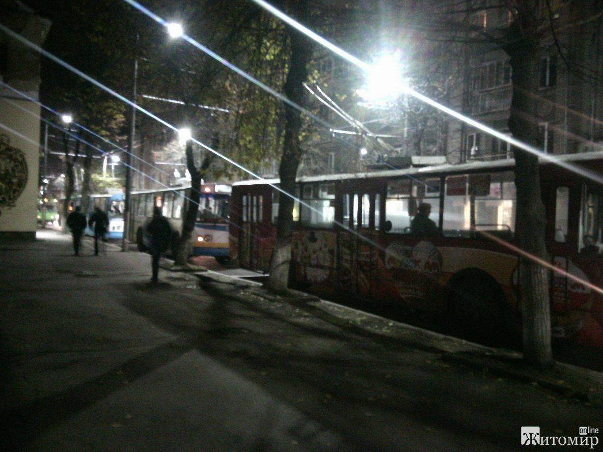 У середмісті Житомира зупинився електротранспорт через відсутність струму. ФОТО
