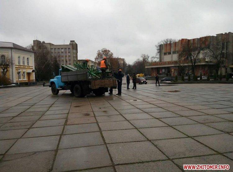 На майдані Корольова у Житомирі розвантажують конструкції для встановлення ялинки