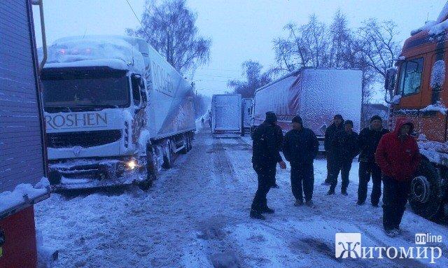 Неподалік Андрушівки занесло рейсовий автобус із людьми.ФОТО