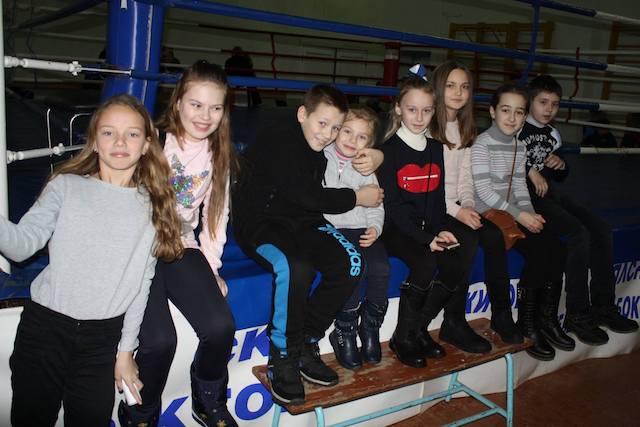 У Житомирі художні гімнастки тепло привітали житомирських боксерів з Новим роком. ФОТО