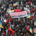 """МихоМайдановцы """"вырывают"""" нацвардейцев из оцепления и выводят по живому коридору"""
