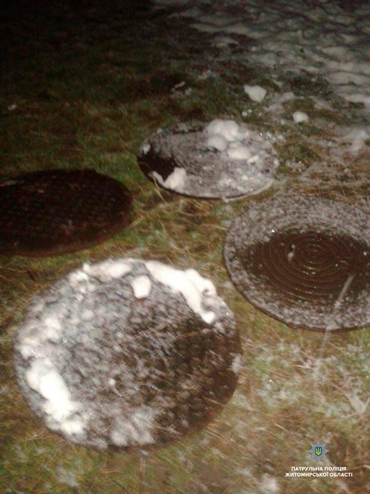 У Житомирі двоє містян намагалися викрасти 10 люків з-під каналізації. ФОТО