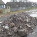 На Житомирщині в одному із сіл дороги навмисне посипають сміттям із мазутом. ФОТО